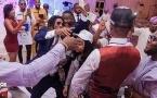 Богатые детишки Нигерии стреляют деньгами из пистолета